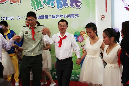 森垚仪表童副总与成佳学校学生们一起载歌载舞